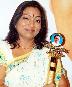 Kalpana Saroj with the Ninth Rajiv Gandhi Woman Entrepreneurs award