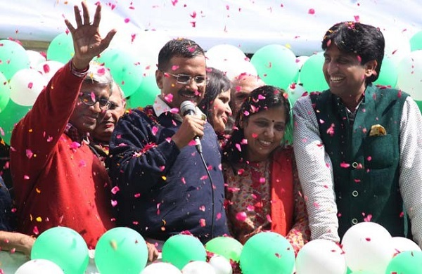 Dr Kumar Vishwas and Dr Manju Sharma with Arvind Kejriwal and his wife Sunita Kejriwal after the massive victory of AAP in Delhi assembly elections, 2015